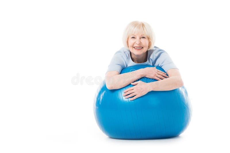 Portret uśmiechnięta starsza sportsmenka z sprawności fizycznej piłką zdjęcie stock