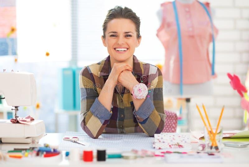 Portret uśmiechnięta szwaczka w studiu zdjęcie stock