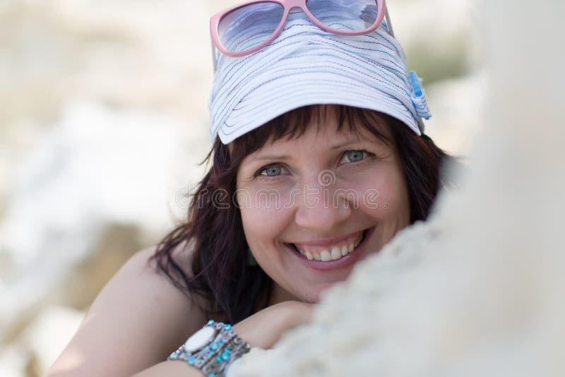 Portret uśmiechnięta w średnim wieku kobieta w nakrętce outdoors fotografia royalty free