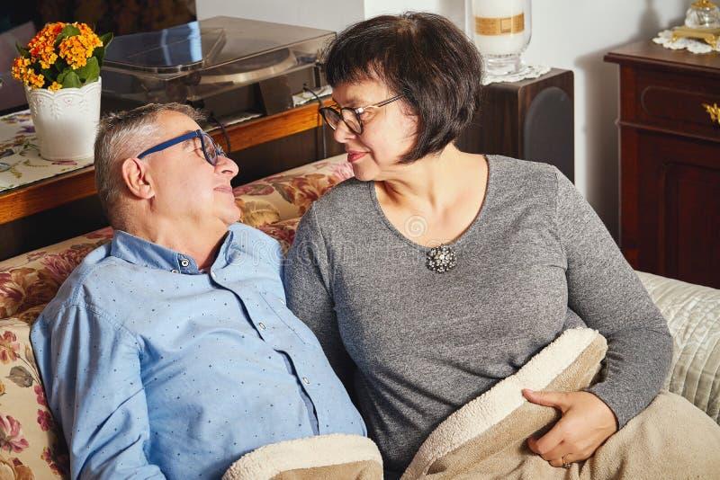 Portret uśmiechnięte kochające starsze osoby dobiera się obsiadanie na leżance fotografia royalty free