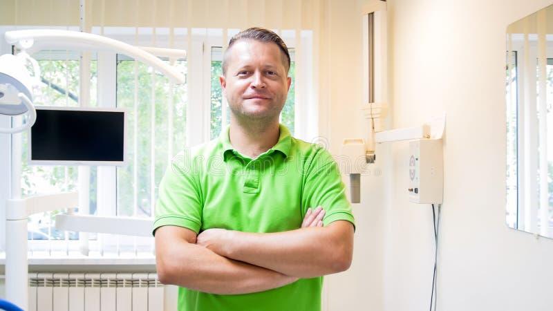 Portret uśmiechniętego handscome męski dentysta patrzeje w kamerze obraz royalty free