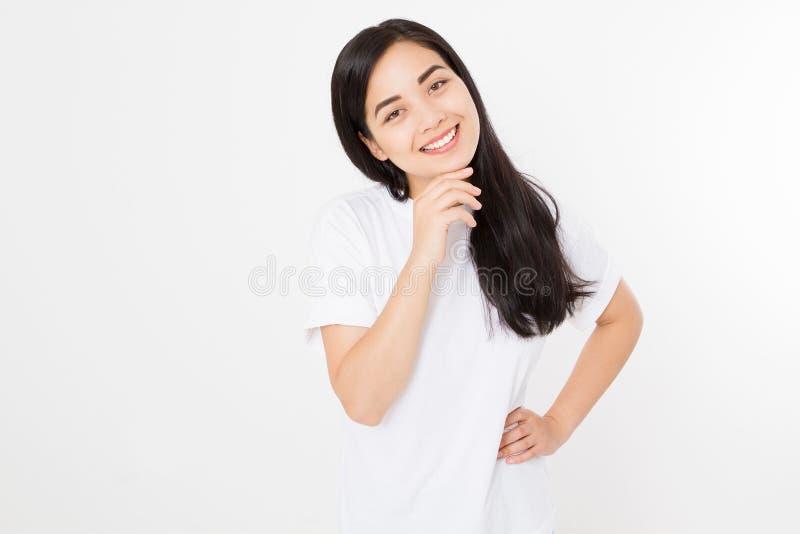 Portret uśmiechniętej brunetki azjatykcia dziewczyna z długim i błyszczącym prostym żeńskim włosy odizolowywającym na białym tle  obrazy stock