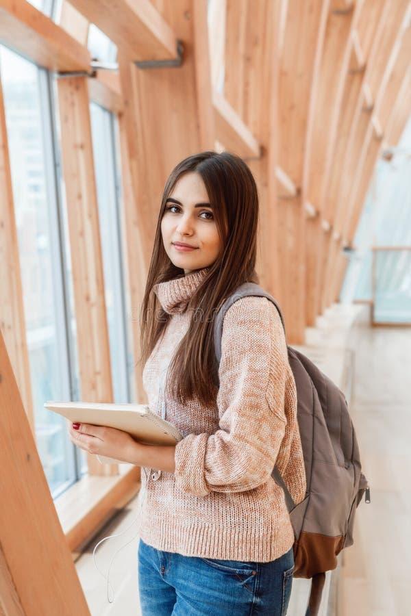 Portret uśmiechniętej Kaukaskiej brunetki dziewczyny kobiety młody piękny model z długim ciemnym włosy i brązem ono przygląda się zdjęcie stock