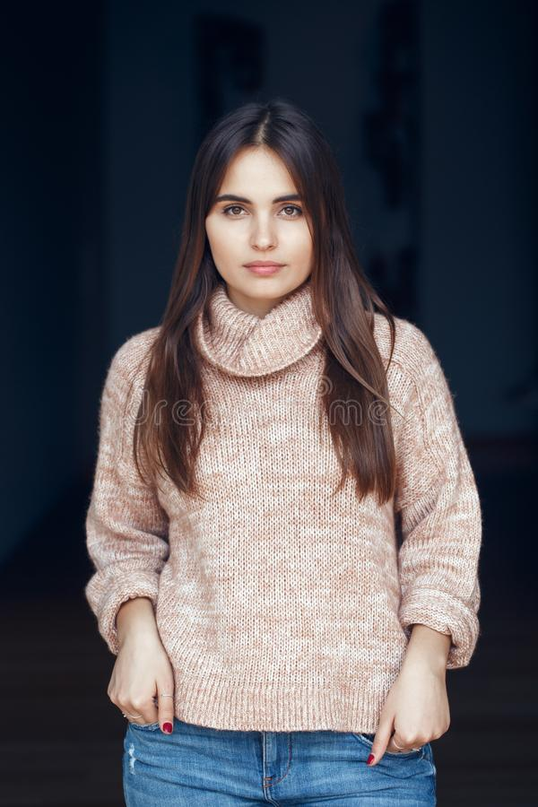 Portret uśmiechniętej Kaukaskiej brunetki dziewczyny kobiety młody piękny model z długim ciemnym włosy i brązem ono przygląda się obraz stock