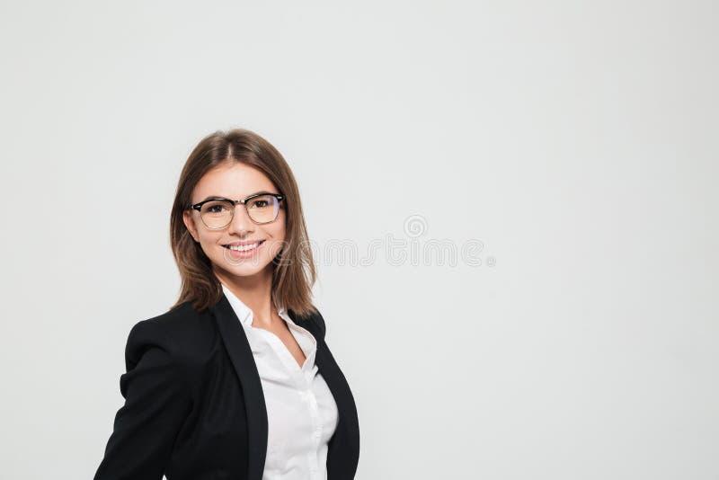 Portret uśmiechnięty ładny żeński kierownik w eyeglasses obrazy royalty free