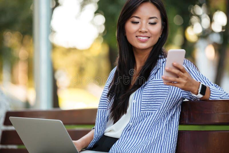Portret uśmiechnięty ładny azjatykci żeński uczeń zdjęcia stock