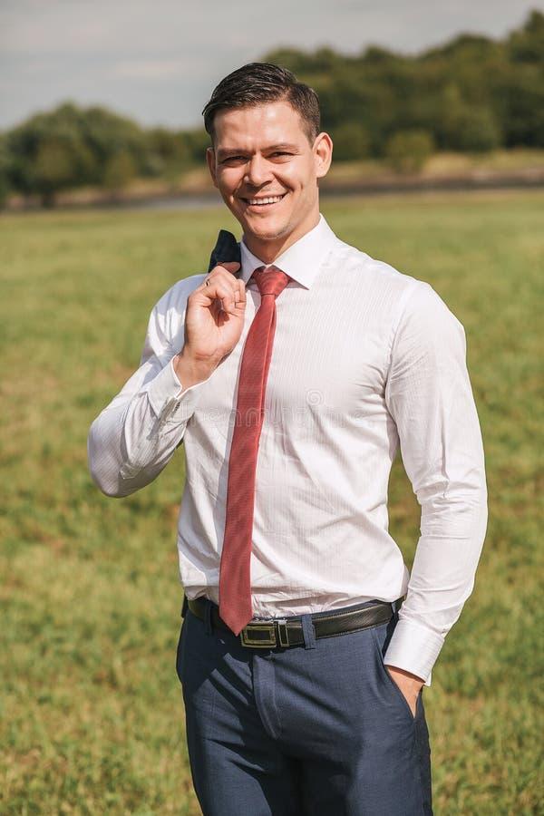 Portret uśmiechnięty biznesmen w białej koszula i czerwonym krawacie zdjęcia stock