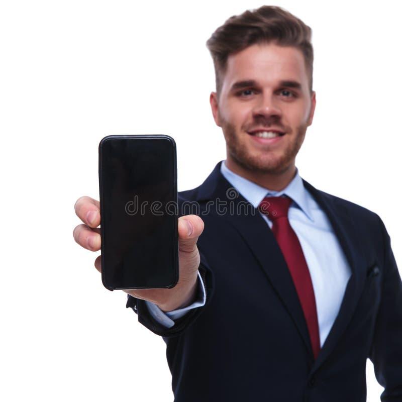Portret uśmiechnięty biznesmena seansu ekran telefon komórkowy fotografia royalty free