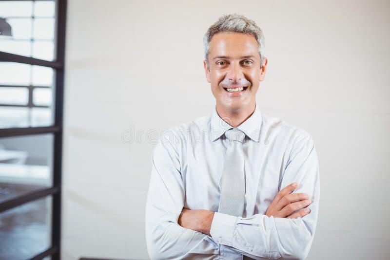 Portret uśmiechnięty biznesowy profesjonalista z rękami krzyżować zdjęcia royalty free