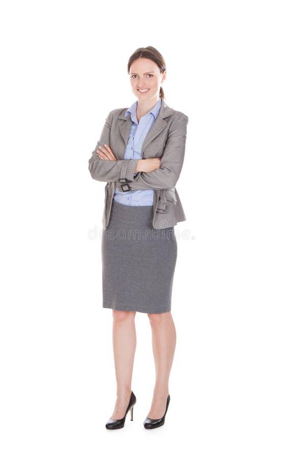 Portret uśmiechnięty bizneswoman z rękami krzyżować obraz stock