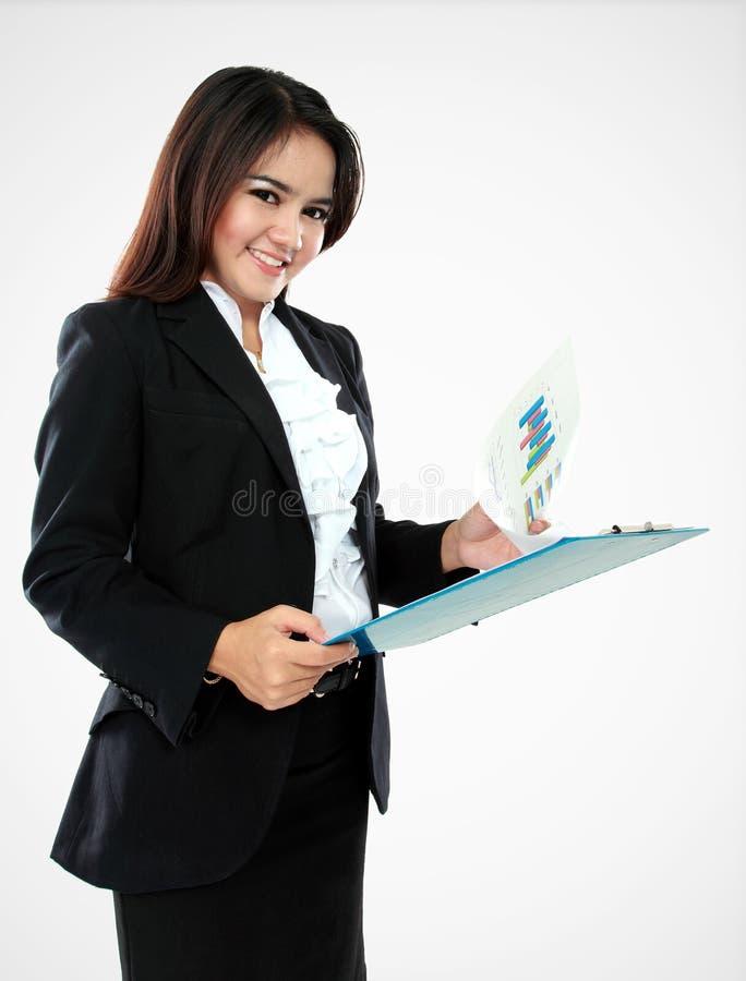 Portret uśmiechnięty bizneswoman z schowkiem obrazy stock