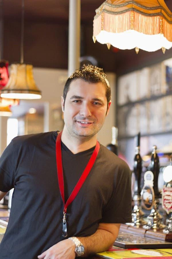 Portret uśmiechnięty karczemny kierownik zdjęcie stock