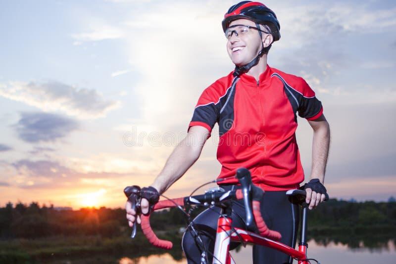 Portret Uśmiechnięty Kaukaski Bicyclist Robić na zmierzch Złotej godzinie obrazy royalty free