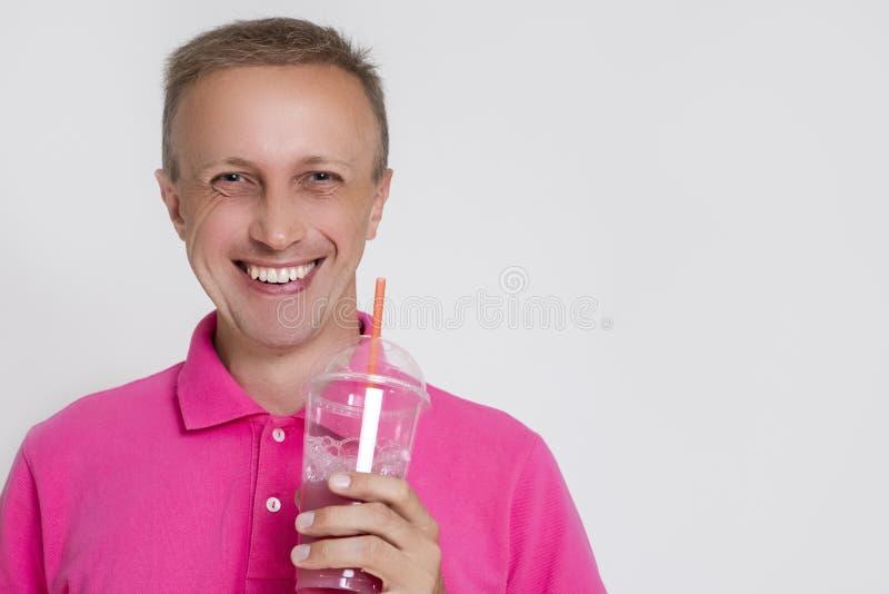 Portret Uśmiechnięty Kaukaski blondynu mężczyzna z Smoothie Przeciw bielowi obraz royalty free