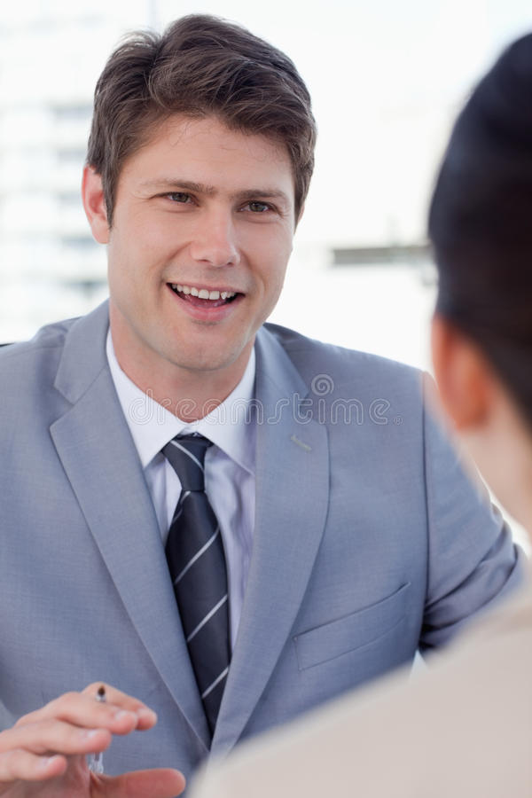 Portret uśmiechnięty kierownik przeprowadza wywiad żeńskiej wnioskodawcy obrazy royalty free