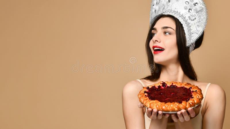 Portret uśmiechnięty kobiety mienia kulebiak obrazy stock