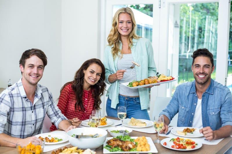 Portret uśmiechnięty kobiety porci jedzenie przyjaciele obrazy royalty free