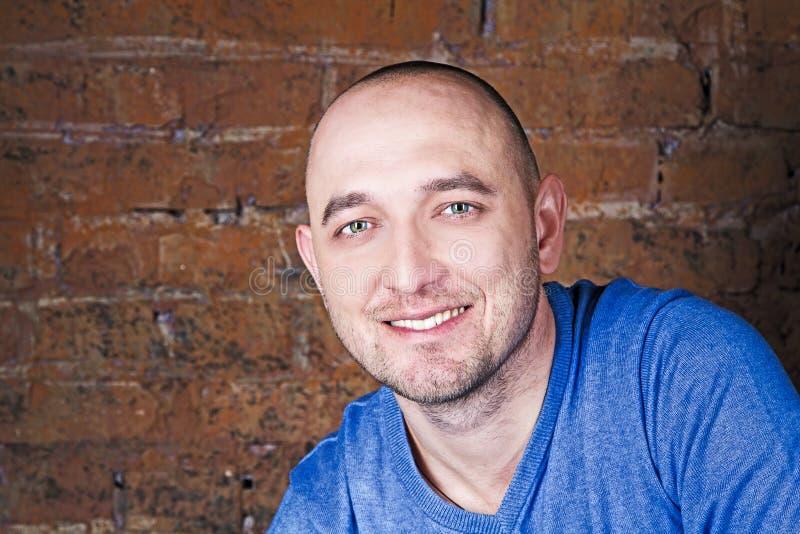 Portret uśmiechnięty mężczyzna blisko ściana z cegieł zdjęcia stock
