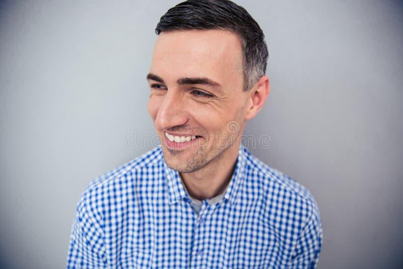 Download Portret Uśmiechnięty Mężczyzna Patrzeje Daleko Od Zdjęcie Stock - Obraz złożonej z twarz, portret: 53788592