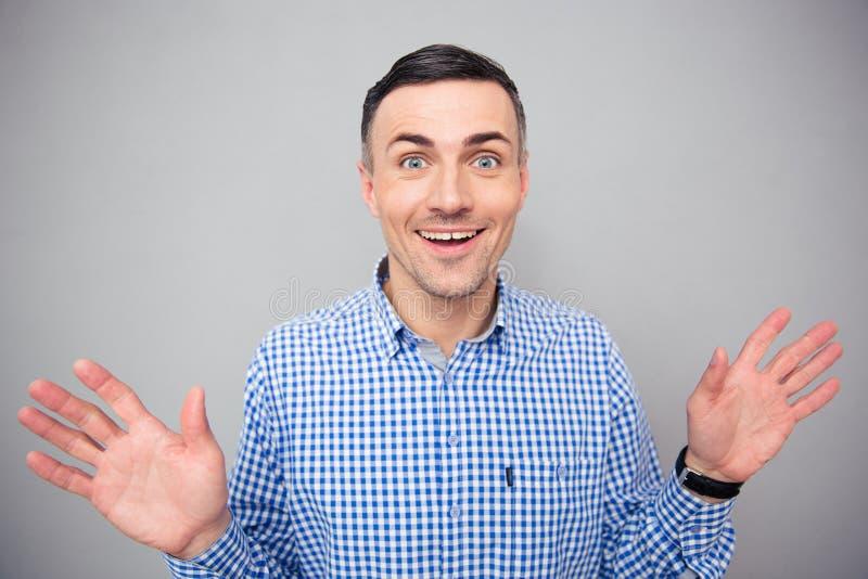 Download Portret Uśmiechnięty Mężczyzna Patrzeje Kamerę Zdjęcie Stock - Obraz złożonej z ręki, szczęśliwy: 53788710