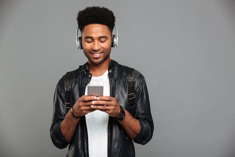 Portret uśmiechnięty młody afro amerykański mężczyzna zdjęcie stock