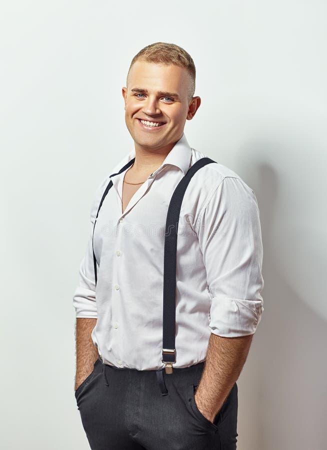 Portret uśmiechnięty młody człowiek w białych suspenders i koszula zdjęcia royalty free