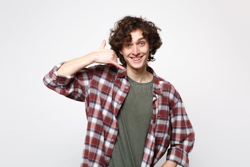 Portret uśmiechnięty młody człowiek w przypadkowych ubraniach robi telefonu gestowi jak mówi wezwanie ja z powrotem odizolowywał  obraz royalty free