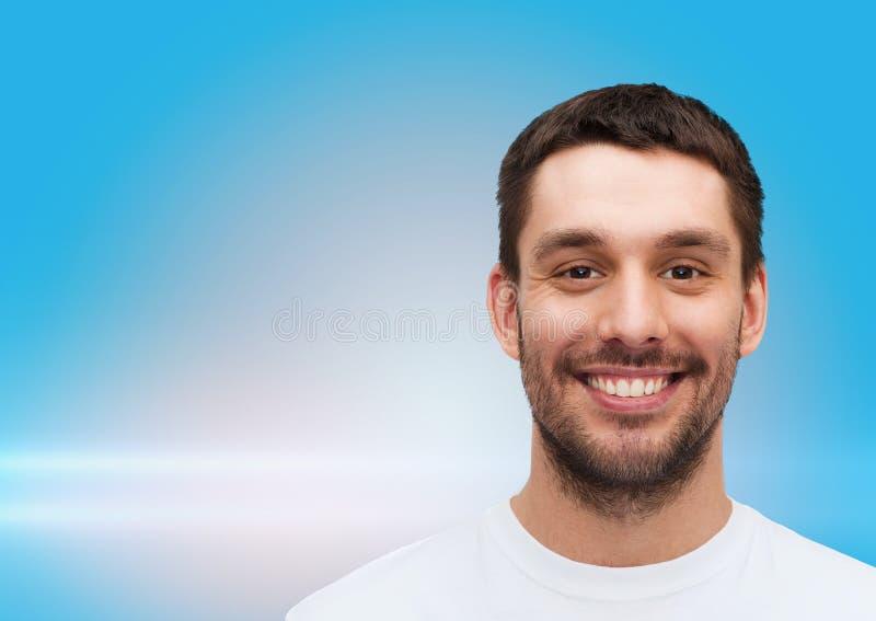 Portret uśmiechnięty młody przystojny mężczyzna fotografia stock