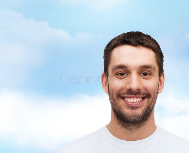Portret uśmiechnięty młody przystojny mężczyzna zdjęcia royalty free