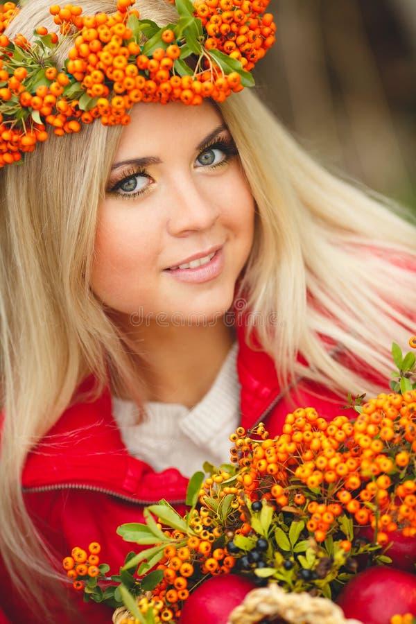Portret uśmiechnięty piękny kobieta wianek jagody w jesieni barwi zdjęcie royalty free
