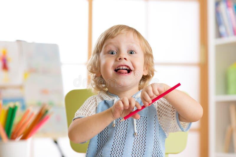 Portret uśmiechnięty preschool chłopiec rysunek fotografia stock