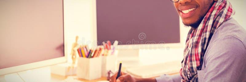 Portret uśmiechnięty projektant grafik komputerowych używa grafiki pastylkę zdjęcia stock