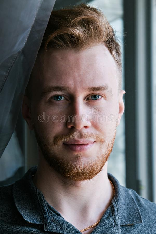 Portret uśmiechnięty redheaded młody człowiek fotografia stock
