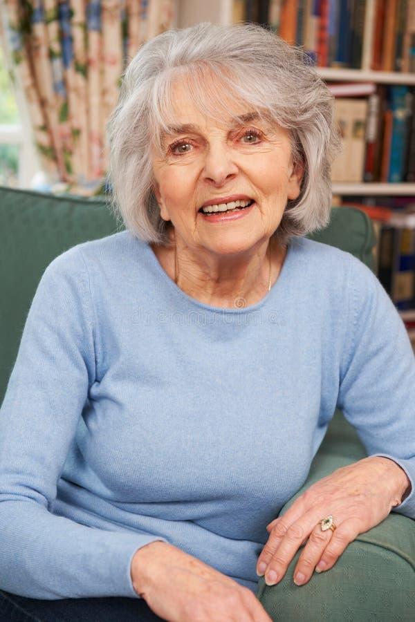 Portret Uśmiechnięty Starszy kobiety obsiadanie W karle obrazy royalty free