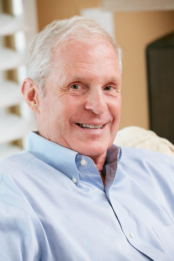 Portret Uśmiechnięty Starszy Mężczyzna W Domu Obraz Stock