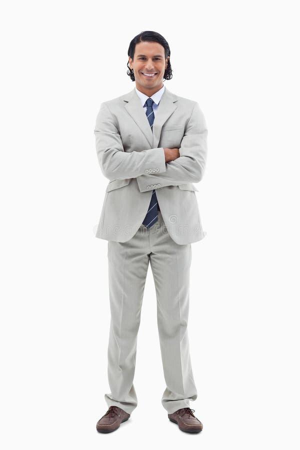 Portret uśmiechnięty urzędnik pozuje z rękami krzyżować zdjęcie stock