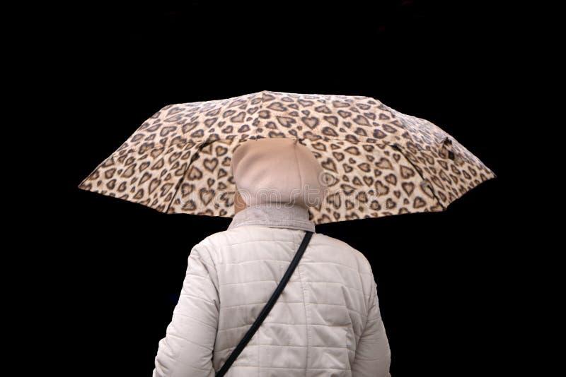 Portret u?miechni?ty pi?kny kobiety mienia parasol i przygl?daj?cy up odizolowywaj?cy na bia?ym tle zdjęcia royalty free