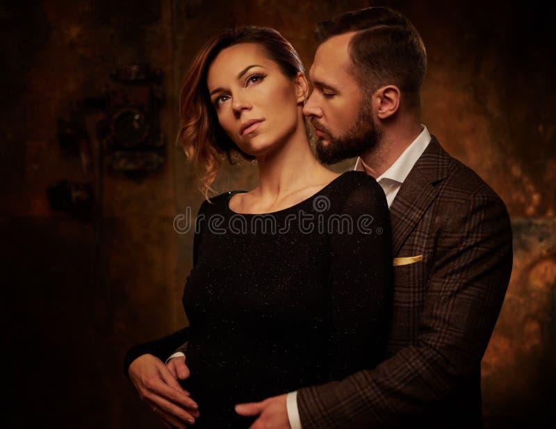 Portret ubierająca para w wyrażeniu uczucia zdjęcie stock