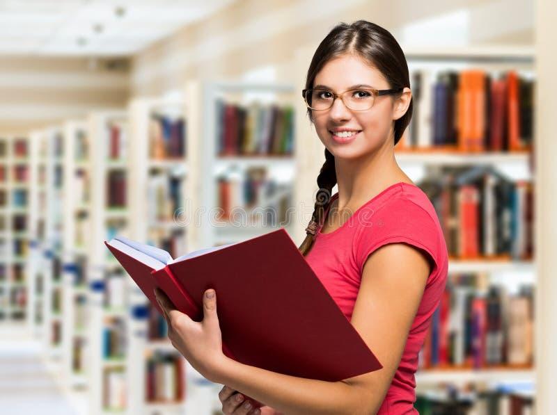 Portret uczeń w bibliotece obrazy stock