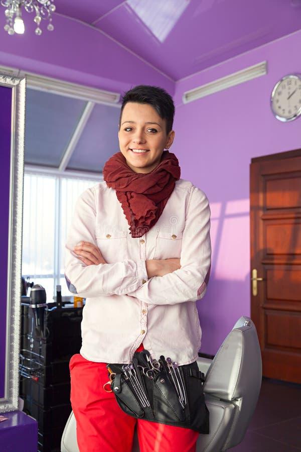 Portret ufna żeńska fryzjer pozycja obraz stock