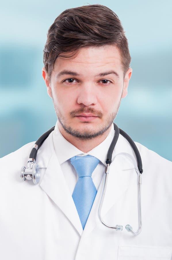 Portret ufna i poważna samiec lekarka zdjęcie royalty free