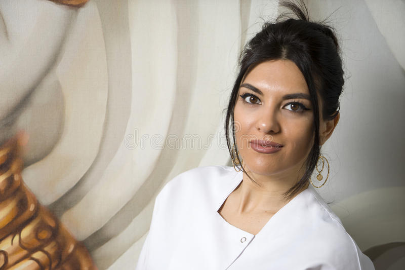 Portret ufna kobiety lekarki pozycja w lab żakiecie, zdjęcia stock
