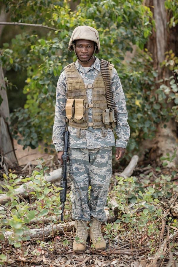Portret ufna militarna żołnierz pozycja z karabinem fotografia stock