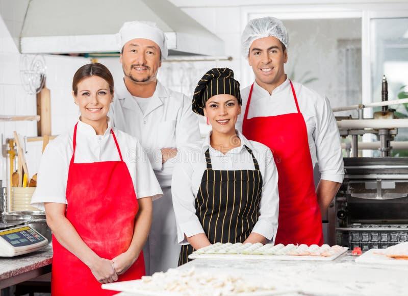 Portret Ufna szef kuchni drużyny pozycja Wewnątrz zdjęcia royalty free