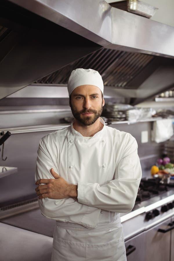 Portret ufna szef kuchni pozycja z rękami krzyżował w handlowej kuchni obrazy royalty free