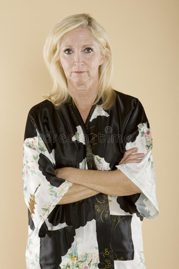 Portret ufna w średnim wieku kobieta z rękami krzyżować obrazy stock