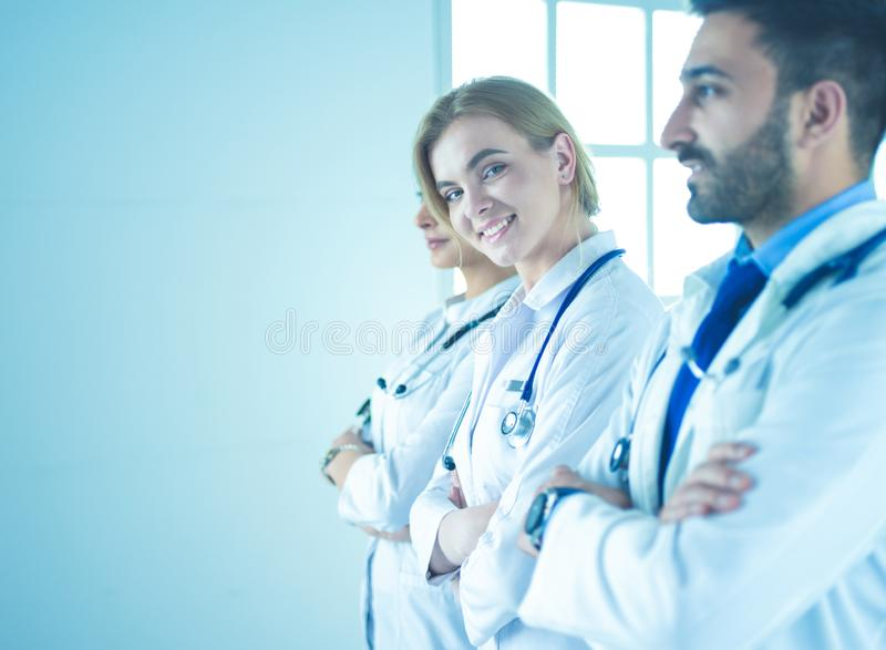Portret ufne lekarki z r?kami krzy?owa? przy medycznym biurem zdjęcia royalty free