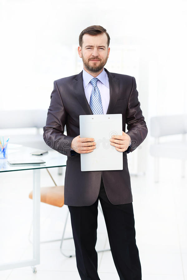Portret ufny biznesmen używa cyfrową pastylkę w tle podczas gdy kolega fotografia royalty free