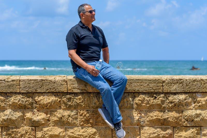 Portret ufny dojrzały biznesmena siedzieć outside fotografia royalty free