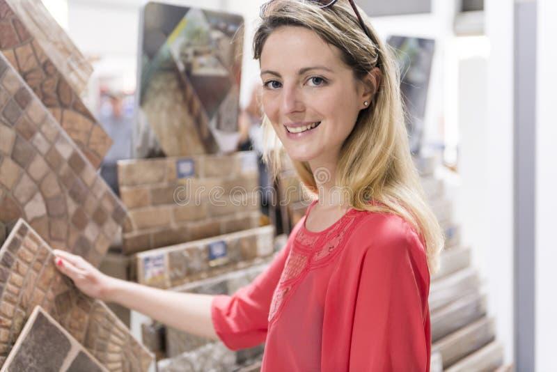 Portret ufny dorosłej kobiety klient w narzędzia sklepie obraz royalty free